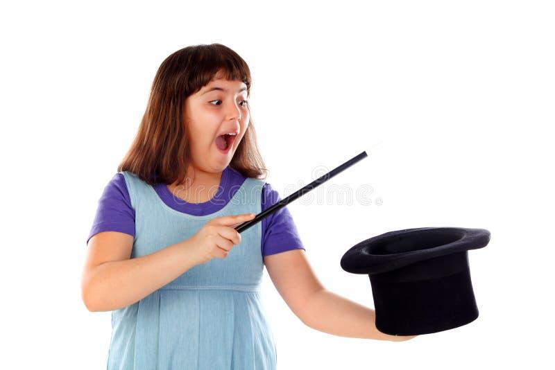相当做与一顶高顶丝质礼帽和一支不可思议的鞭子的小女孩魔术 免版税库存图片