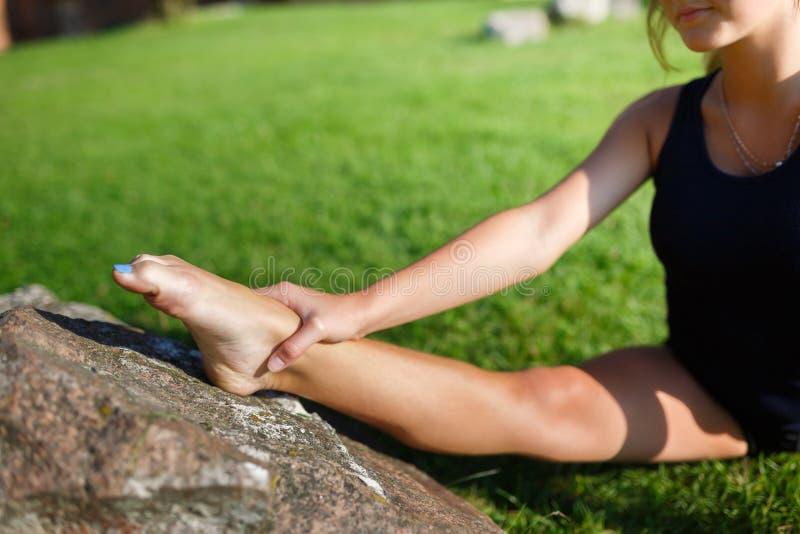 相当做瑜伽锻炼的女孩 免版税库存照片