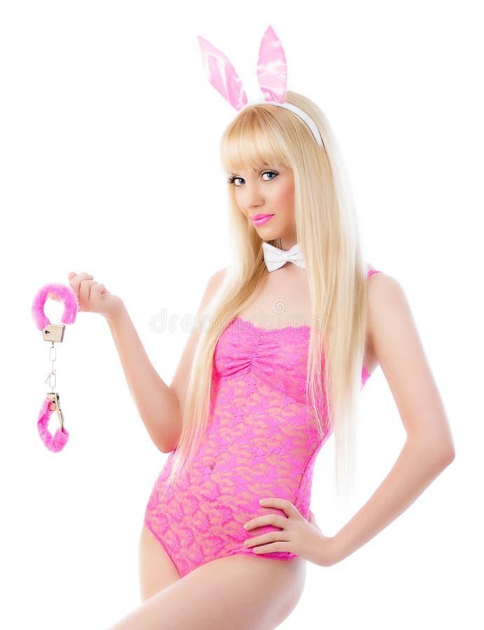 相当兔宝宝耳朵的白肤金发的女孩与手铐 免版税库存照片