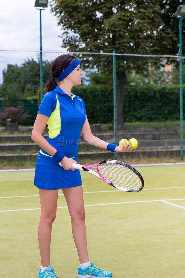 相当准备女性的网球员服务 库存图片