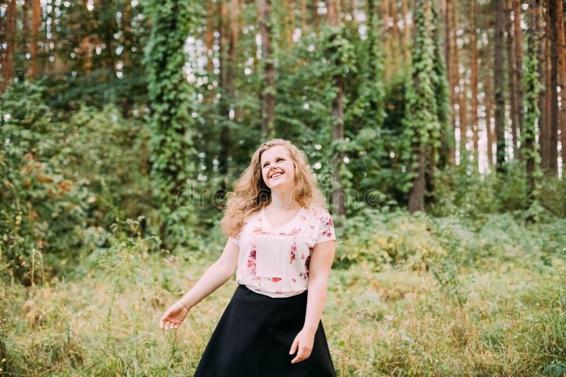 年轻相当加上大小波浪布朗头发白种人笑的女孩W 库存图片