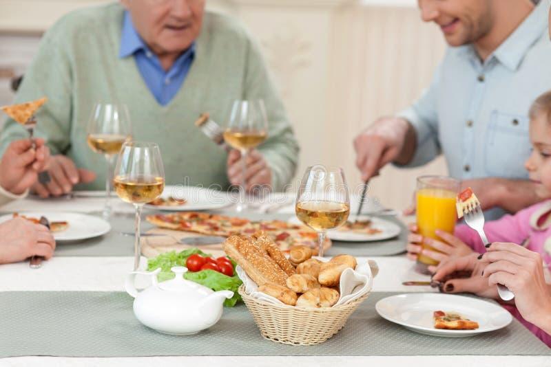 相当友好的家庭一起吃晚餐 图库摄影