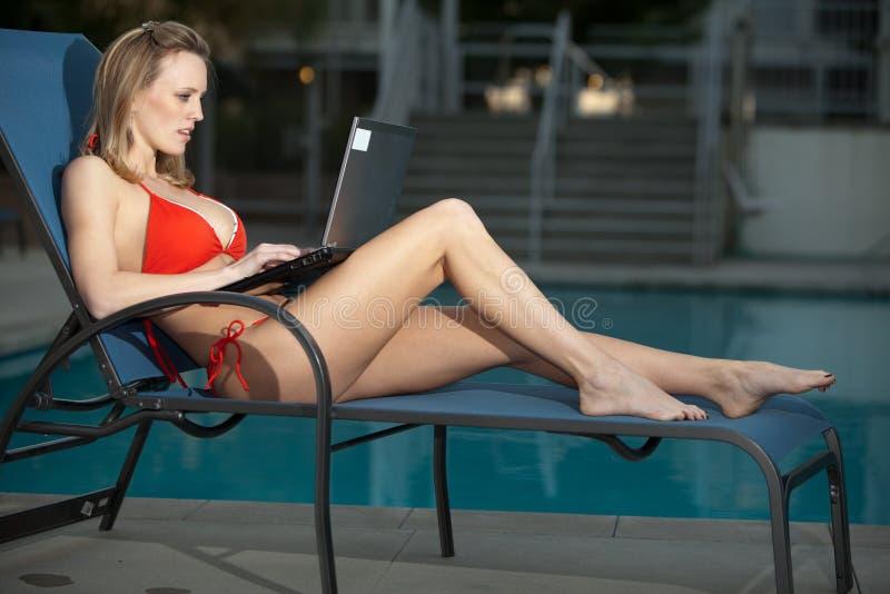 相当可爱的白种人妇女她的二十 免版税库存图片