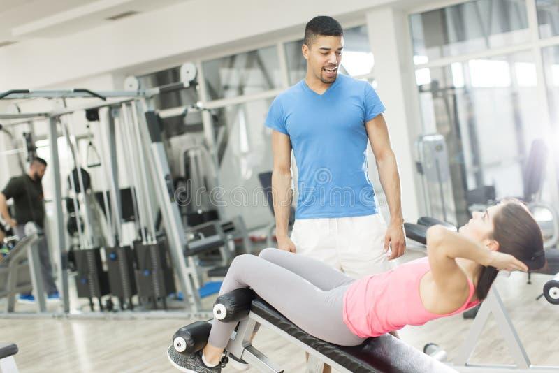相当在健身房的少妇训练 免版税图库摄影