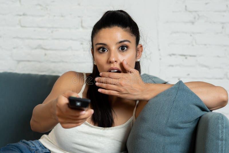 相当在家观看一部可怕电影的拉丁妇女 免版税库存图片