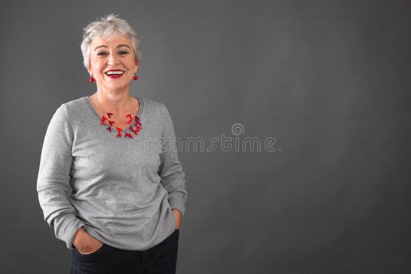 相当在灰色-正在壮年的妇女 库存照片
