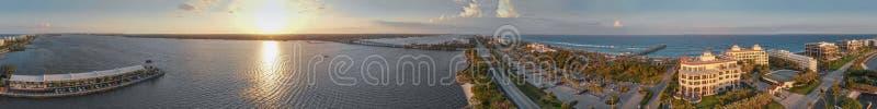 相当大厦价值的湖和海岸线在棕榈滩,佛罗里达 库存照片