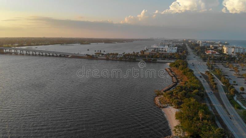 相当大厦价值的湖和海岸线在棕榈滩,佛罗里达 库存图片