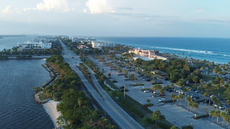 相当大厦价值的湖和海岸线在棕榈滩,佛罗里达 免版税库存图片