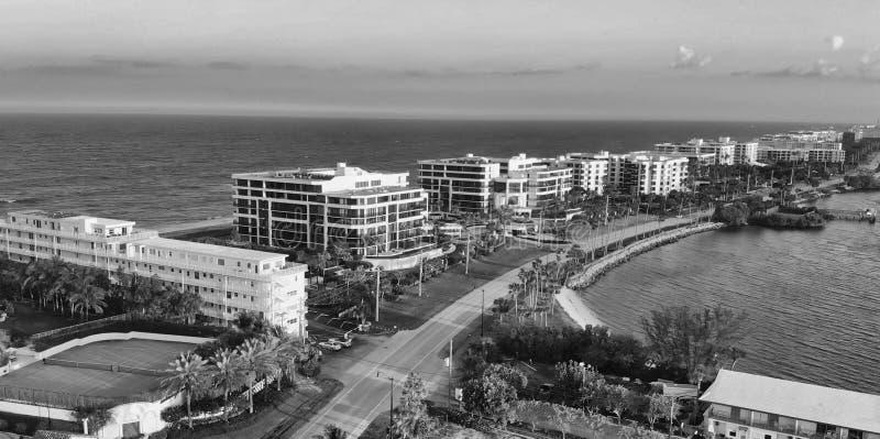 相当大厦价值的湖和海岸线在棕榈滩,佛罗里达 图库摄影