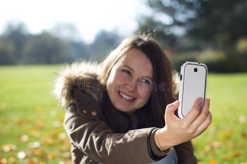 相当女孩作为旅行selfie在巨大的植物园里 免版税图库摄影