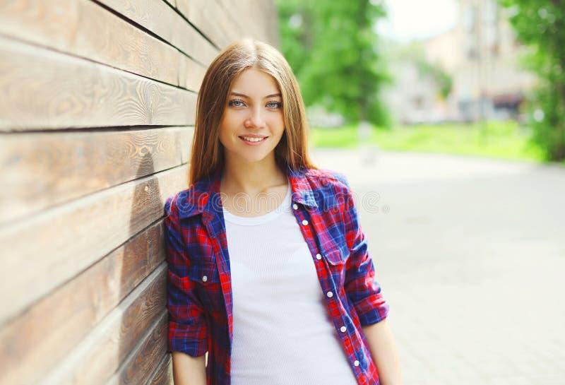 相当女孩佩带便衣在夏天 免版税库存图片