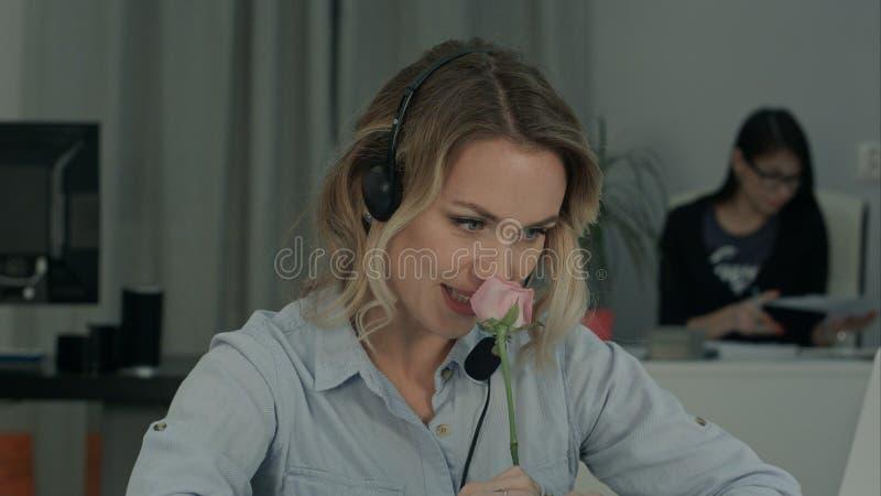 相当女性办公室工作者藏品上升了和谈话与她的秘密钦佩者 库存照片