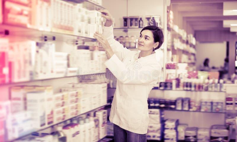 相当女性药剂师提供的产品 免版税库存图片