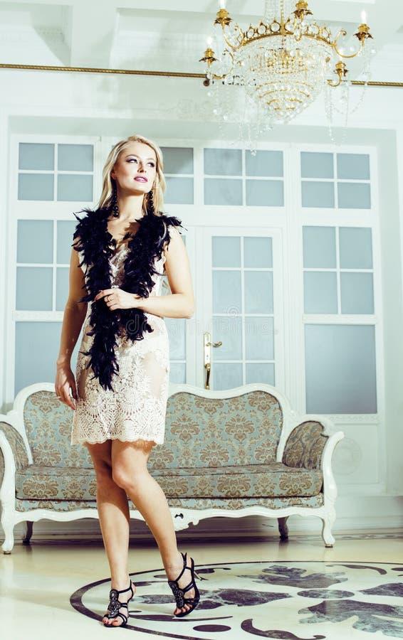 相当富有的豪华房子内部的白肤金发的妇女,时尚人 库存照片