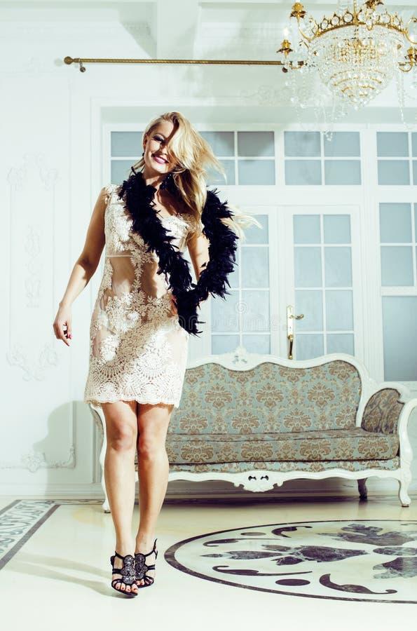 相当富有的豪华房子内部的白肤金发的妇女,时尚人 库存图片