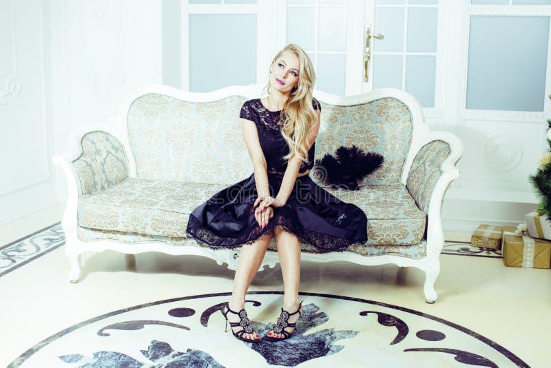 相当富有的豪华房子内部的白肤金发的妇女,时尚人 免版税库存图片
