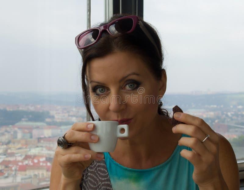 相当小姐饮用的咖啡 图库摄影