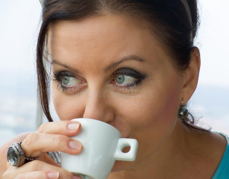 相当小姐饮用的咖啡 免版税图库摄影