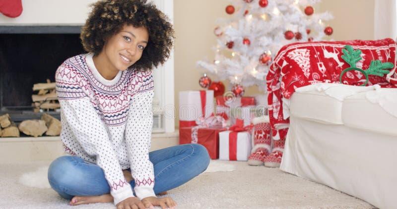 相当少妇在圣诞节客厅 免版税图库摄影