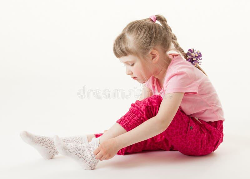 相当尝试在袜子的小女孩 库存图片