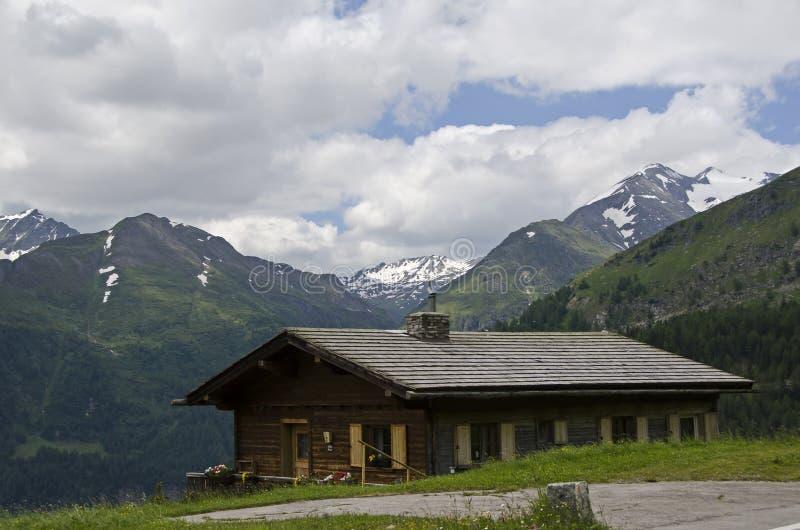 相当山的奥地利房子 库存图片