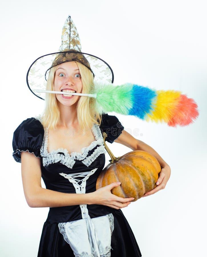 相当巫婆服装的少妇 巫婆万圣夜服装的愉快的少妇在被隔绝的背景的党 免版税库存照片