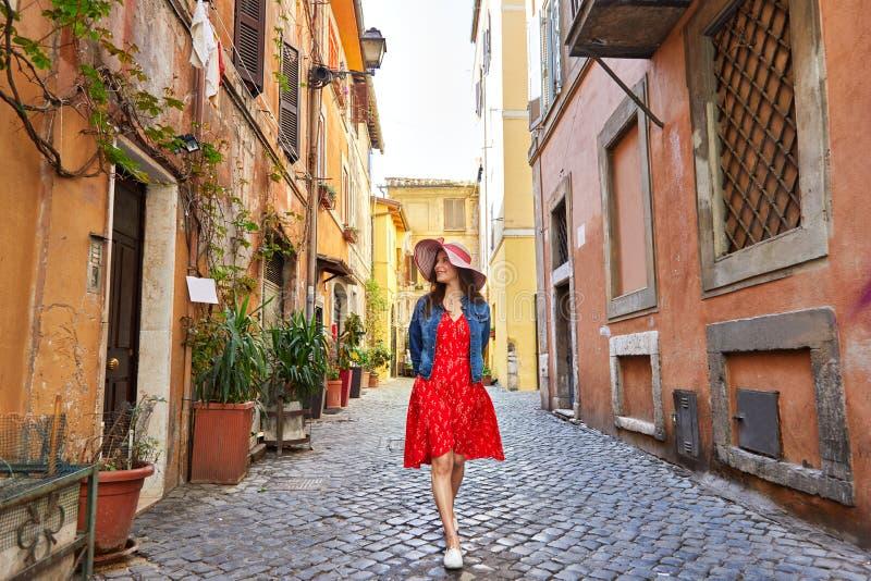 相当帽子走的年轻旅游妇女 免版税图库摄影