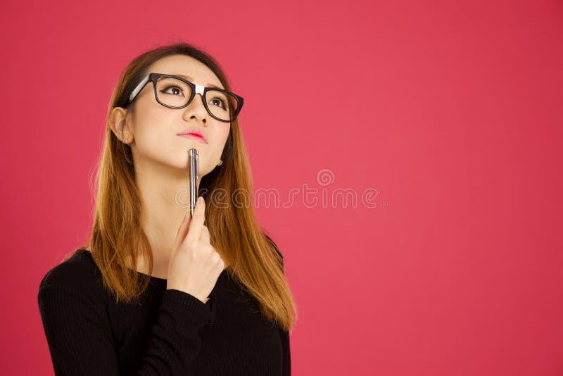 相当年轻亚裔妇女在演播室 免版税库存照片