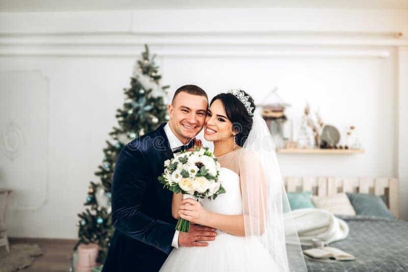 相当年轻婚礼夫妇 免版税库存图片