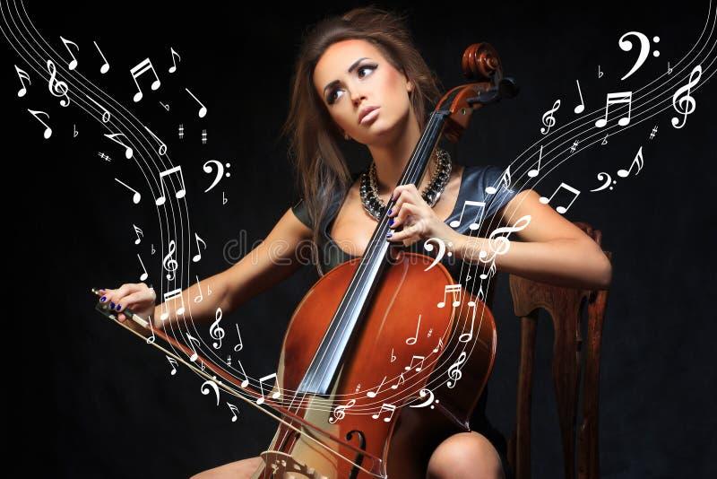 相当弹大提琴的年轻女性音乐家 库存照片