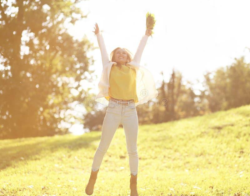 相当快乐的妇女获得乐趣在晴朗的秋天天 库存图片