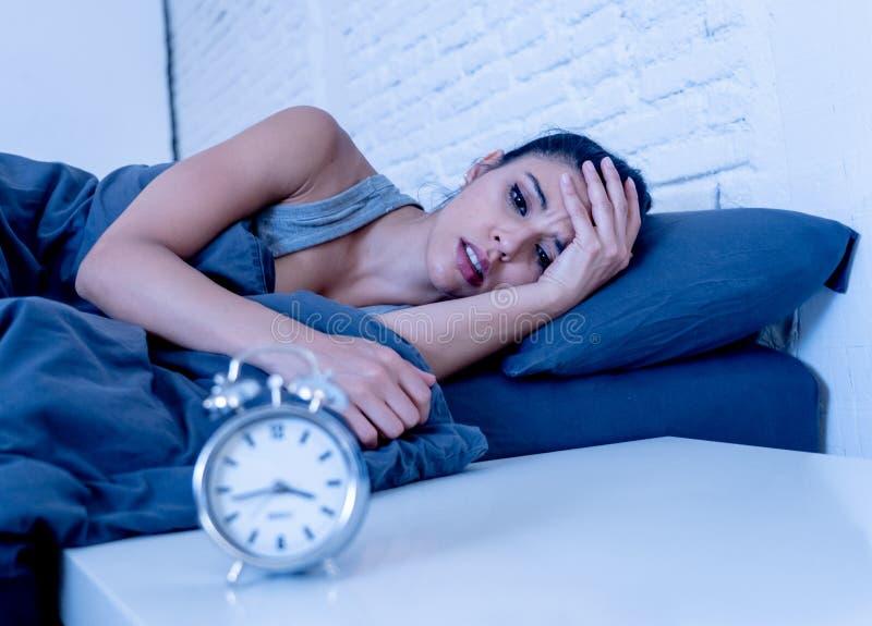 相当拉丁妇女能在失眠概念的` t睡眠 图库摄影