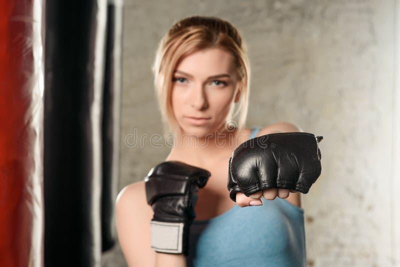 相当拳击手套的白肤金发的女孩 库存照片