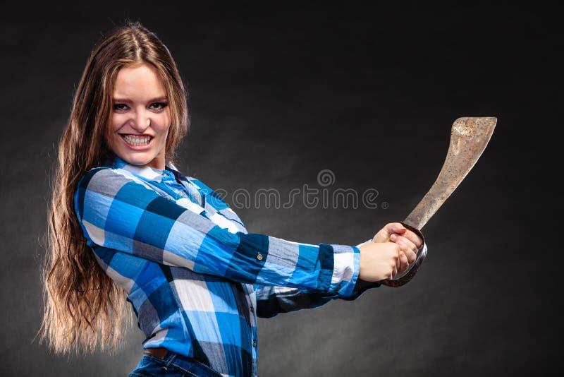 相当拿着大砍刀的坚强的妇女 免版税库存照片