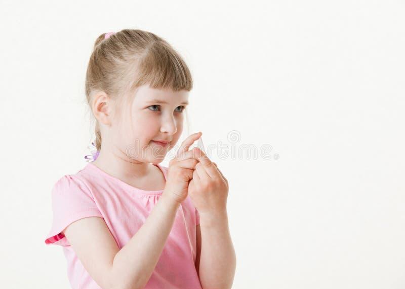 相当拿着小卡片的小女孩 库存照片
