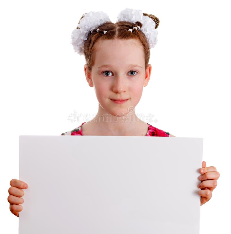 相当拿着空的空白的委员会的年轻逗人喜爱的孩子女孩 免版税库存图片