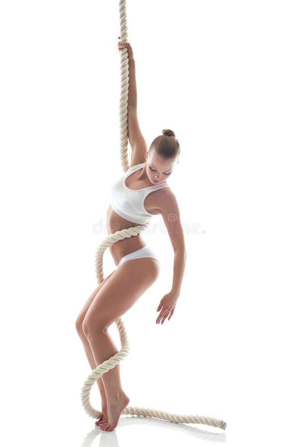 相当摆在绳索的亭亭玉立的体操运动员在演播室 库存图片