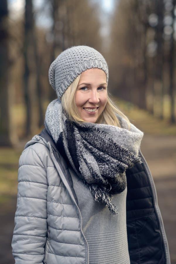 相当时髦少妇以温暖的冬天时尚 库存照片