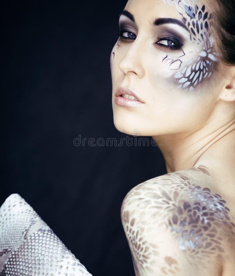 相当有创造性的少妇画象组成象蛇,时尚受害者Python皮肤传动器 免版税库存图片