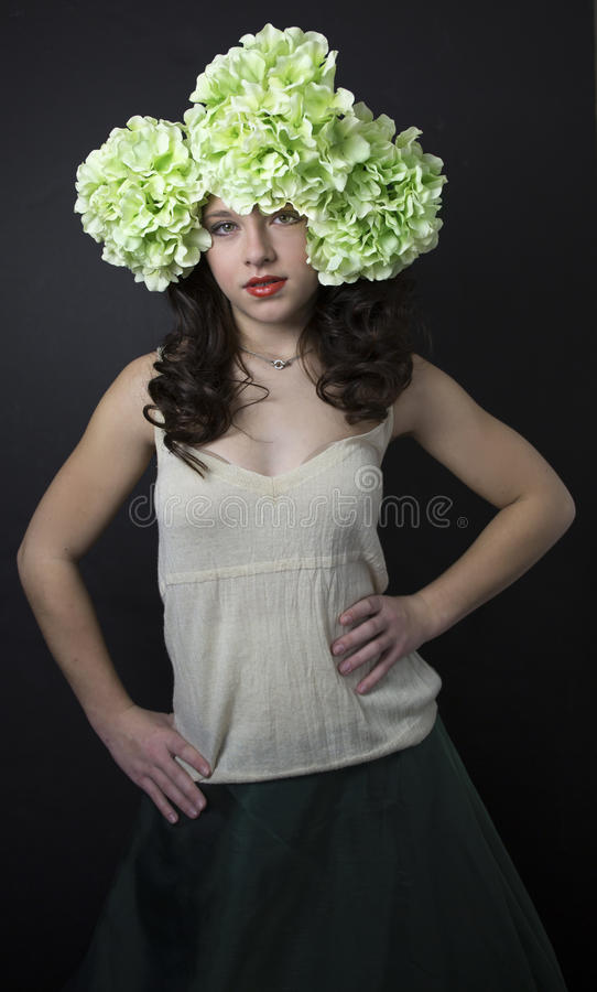 相当有大花的十几岁的女孩在她的头发 库存图片