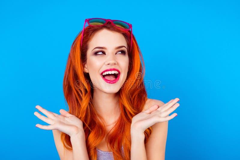 相当有太阳镜的狡猾的亭亭玉立的女孩 关闭滑稽的质朴的打手势与h的欣喜可爱的逗人喜爱的甜笑的夫人画象  库存照片