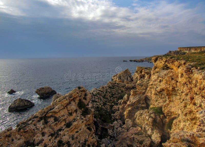 相当有峭壁的地方美好的风景在金黄海湾,梅利哈附近,在马耳他西部,欧洲 库存图片
