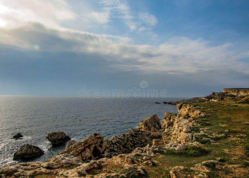 相当有峭壁的地方美好的风景在金黄海湾,梅利哈附近,在马耳他西部,欧洲 免版税库存图片