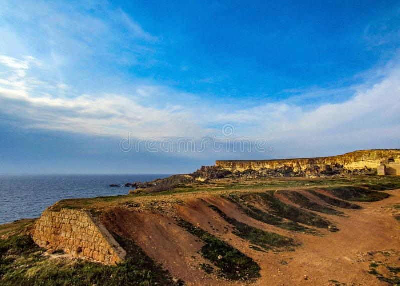相当有峭壁的地方美好的风景在金黄海湾,梅利哈附近,在马耳他西部,欧洲 免版税图库摄影