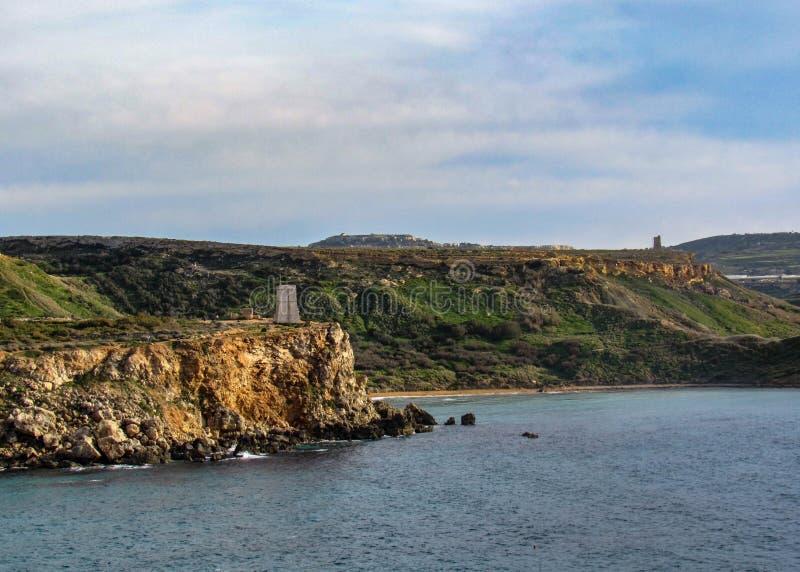 相当有峭壁的地方美好的风景在金黄海湾,梅利哈附近,在马耳他西部,欧洲 免版税库存照片