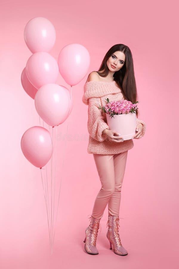 相当有拿着bouq的气球的逗人喜爱的深色的时兴的女孩 免版税库存图片