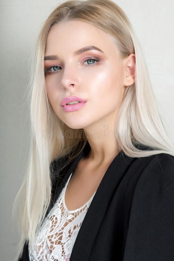 相当有桃红色嘴唇和长的直发的年轻白肤金发的女孩 免版税图库摄影