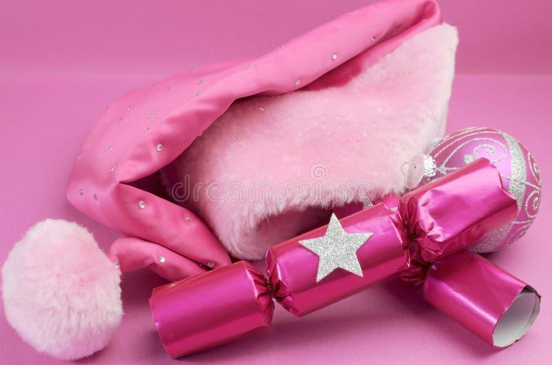 相当有欢乐圣诞节装饰的桃红色女性圣诞老人帽子 免版税库存图片