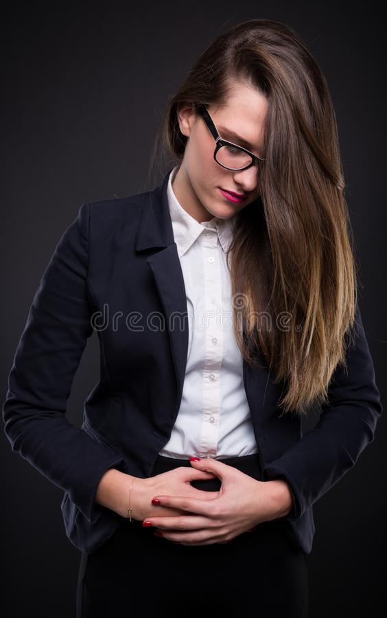 相当有胃问题的年轻女实业家 图库摄影